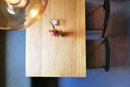 Holztische und Stühle