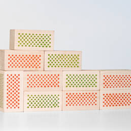 Grüne und rote Spielsteine von dem Spiel Alles nur Fassade von Andreas Patsiaouras