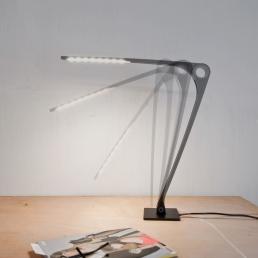 Durch das verstellen des Leuchtarms, schaltet die Leuchte sich an oder aus.