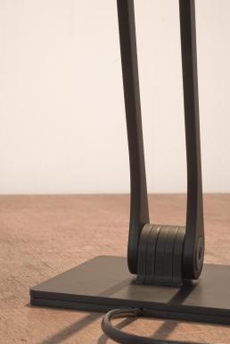 Der Standfuß besteht aus einzelnen Aluminium-Elementen