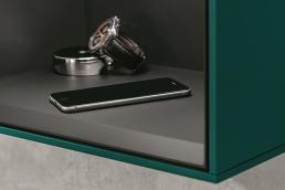 Box mit integrierter Ladestation für das Smartphone