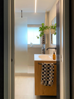 Durch die Schiebetür erhält das Badezimmer mehr Raum.