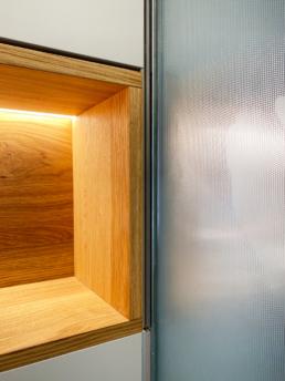 Die Beleuchtung der Holzbox strahlt ein indirektes, warmes Licht aus.