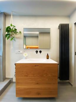 Viel Stauraum bietet der große Waschtisch aus Holz.
