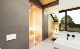 An dem Badezimmer, gegenüber der Dusche befindet sich eine Sauna.