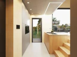 Eine Küche mit viel Stauraum und ausklappbarer Arbeitsfläche