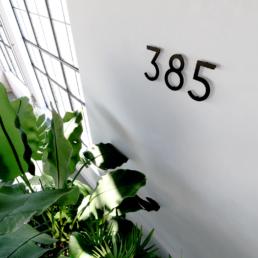 Hausnummern, die an einer Wand angebracht sind.