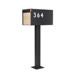 Hausnummern aus Acryl, die auf einem Briefkasten kleben